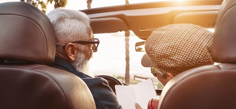 Casal de idosos curtindo viagem por Bogotá